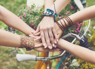 φίλοι-με-ενωμένα-χέρια